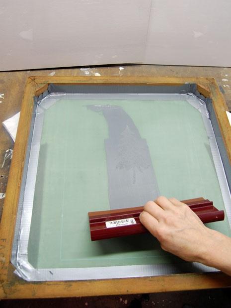 Нанесение краски скребком
