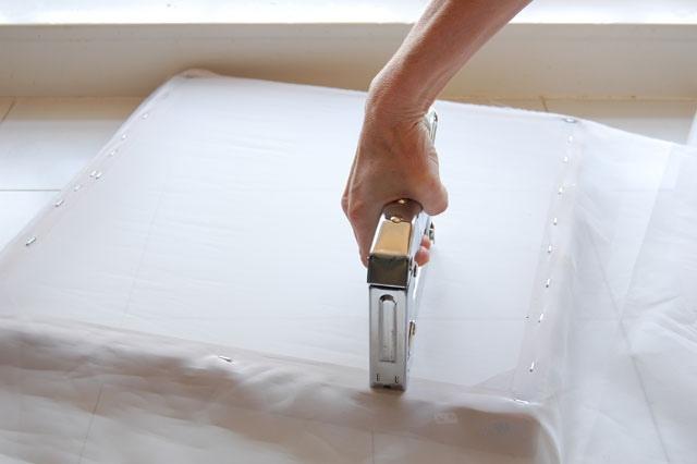 Закрепление материала на рамке